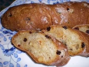 ヘーゼルナッツとレーズンのパン